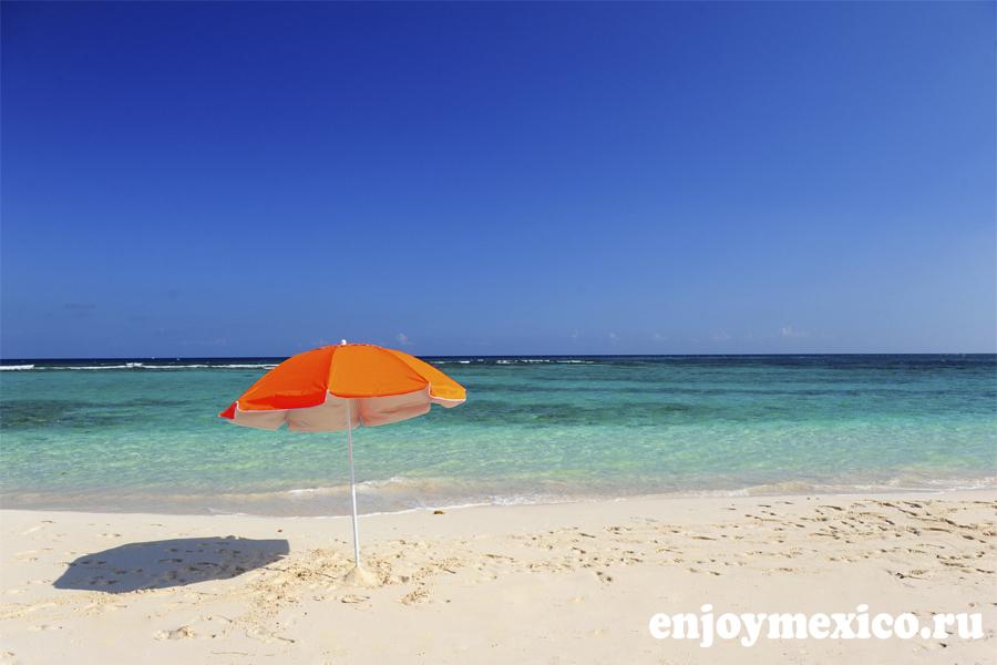 зонт на пляже в мексике