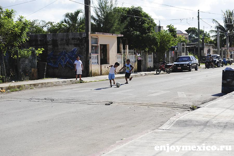 дети играют в футбол мексика