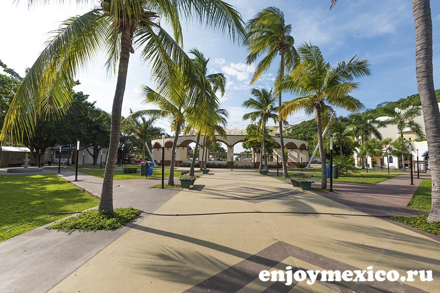 парк перед пляжем санта круз в уатулько