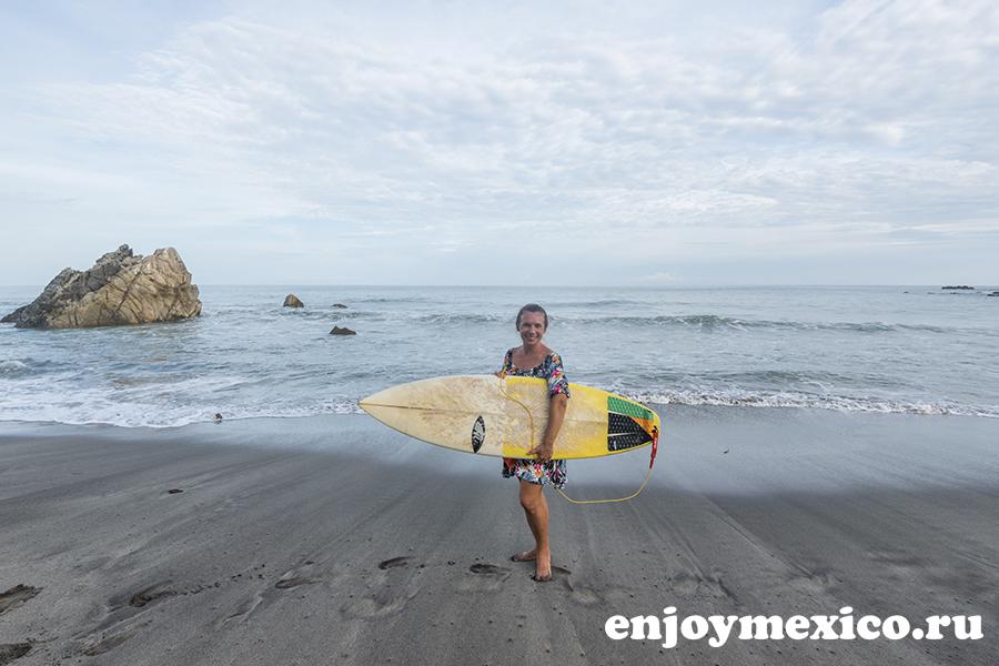 пляж ла бокана уатулько мексика с доской для серфинга