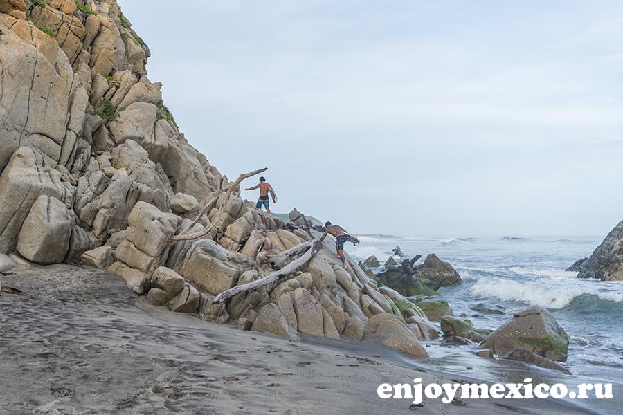 серфер на пляже ла бокана уатулько мексика