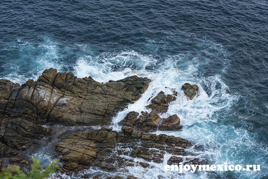 скалы в море фото