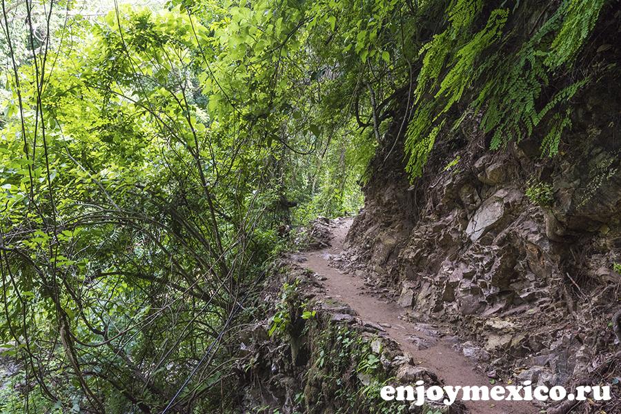 водопад и дорога