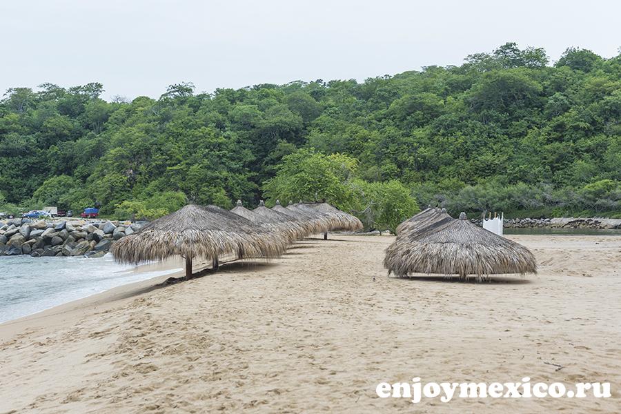 зонтики на пляже танголунда уатулько мексика