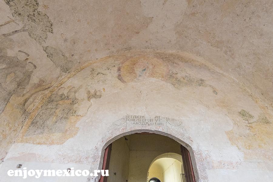 фрески при входе изамаль