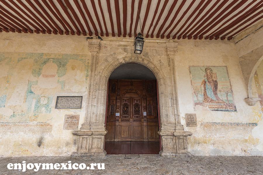 красивое фото двери монастыря