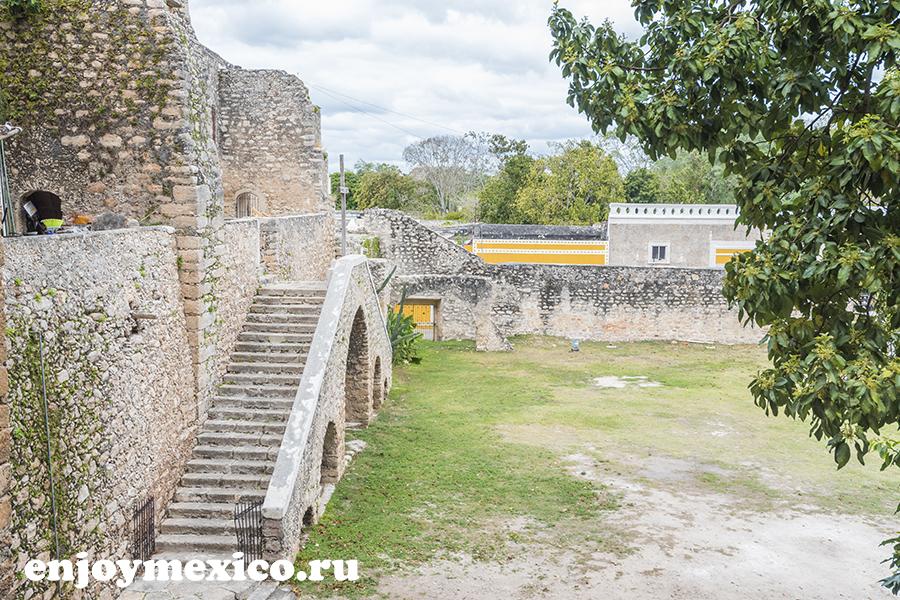 задний двор изамаль мексика монастырь